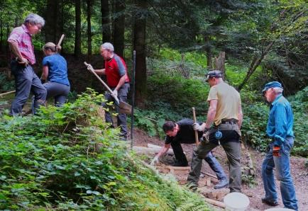 Mitglieder des Rotary Clubs Willisau mit dem Projektleiter des Bautrupps der Luzerner Wanderwege